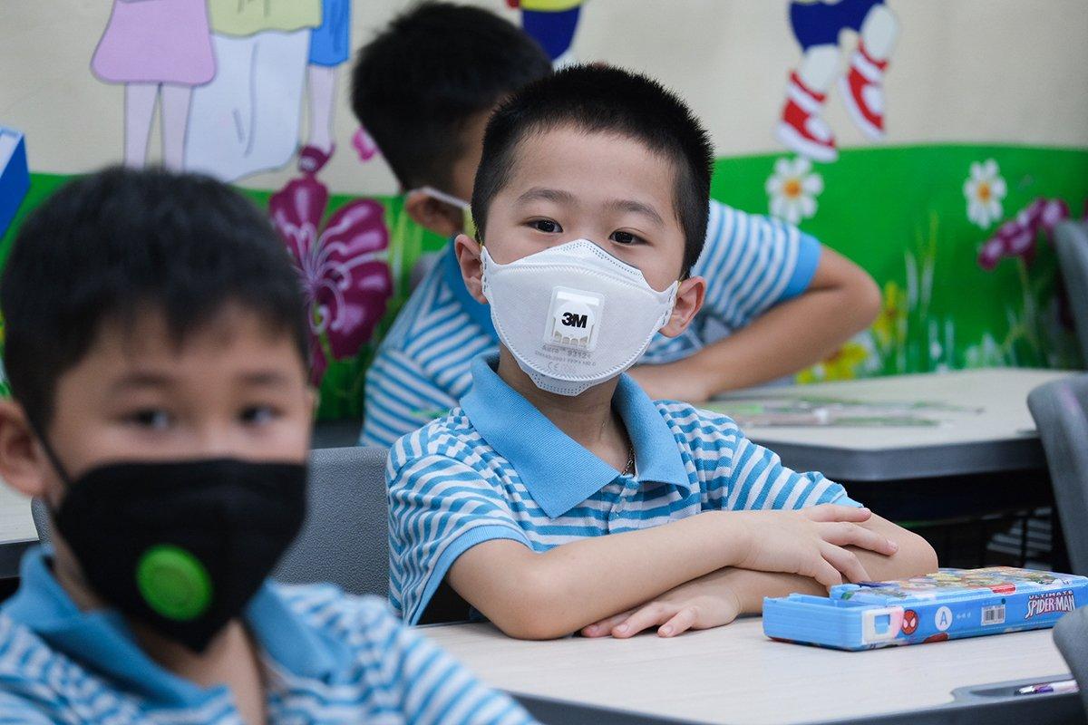 Học sinh trường Tiểu học Nguyễn Bỉnh Khiêm - Cầu Giấy đeo khẩu trang khi đến lớp hồi tháng 5/2020. Ảnh: Dương Tâm.