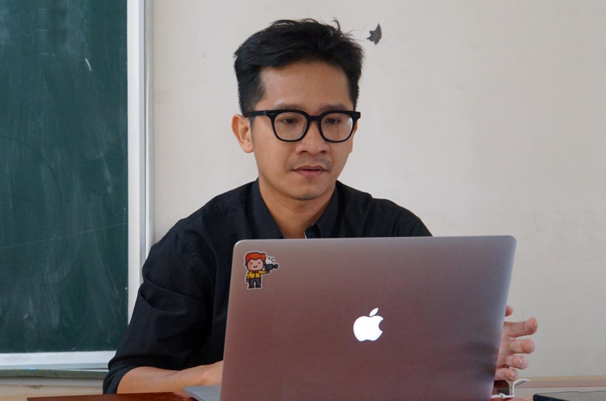 Giáo viên trường THPT Nguyễn Du (quận 10) dạy trực tuyến ngày 18/2. Ảnh: Mạnh Tùng.