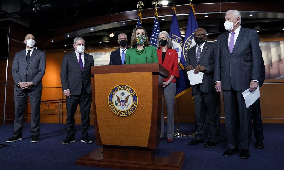 Chủ tịch Hạ viện Nancy Pelosi (áo xanh) họp báo trước cuộc bỏ phiếu tối 26/2. Ảnh: AFP.