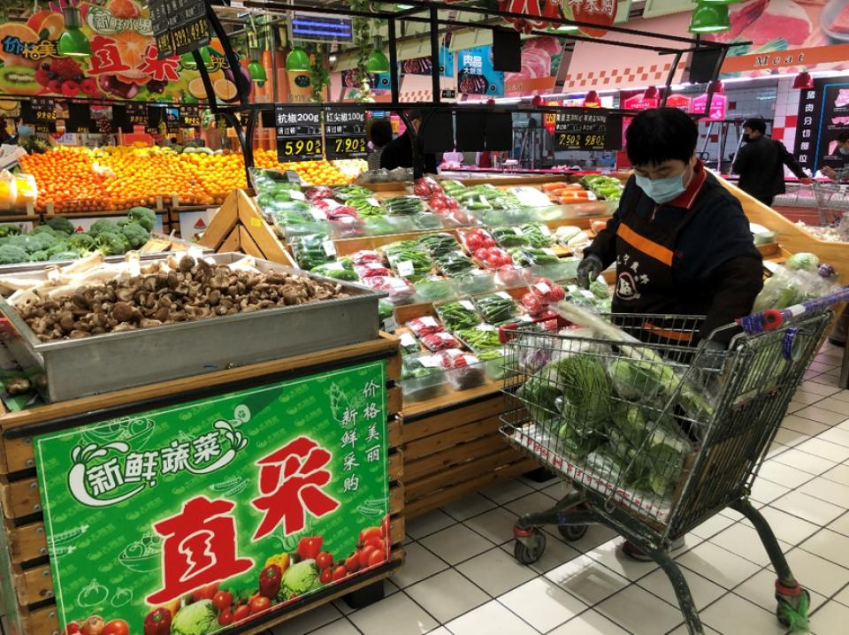 Một người đi siêu thị tại Trung Quốc đầu năm 2020. Ảnh: FAO.