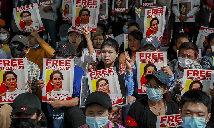 Biểu tình đòi thả bà Aung San Suu Kyi ở thành phố Yangon hôm 25/2. Ảnh: AP.