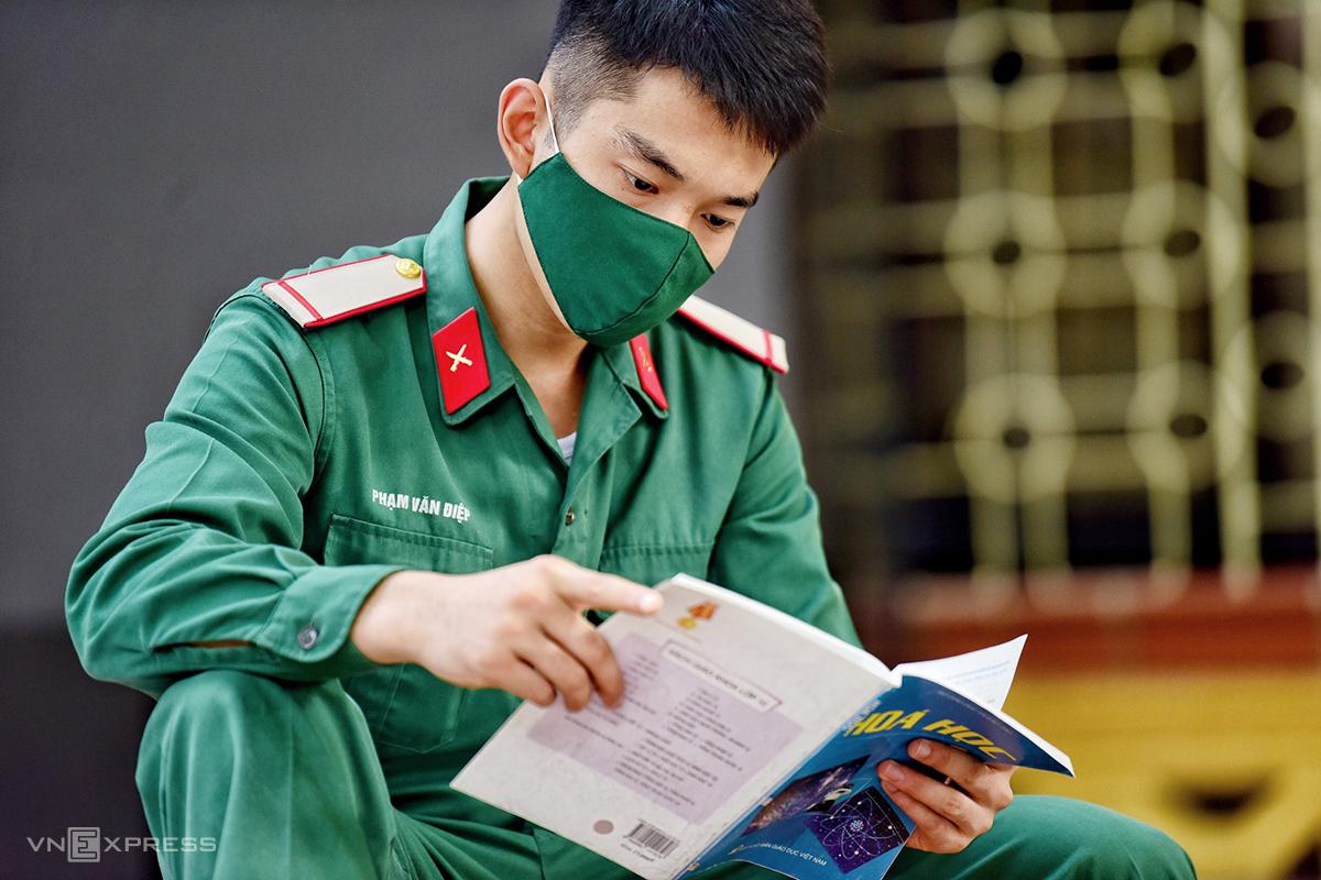 Một thí sinh đang phục vụ tại ngũ dự thi tốt nghiệp THPT năm 2020 tại Hà Nội. Ảnh: Giang Huy.