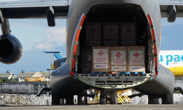 Lô vaccine Covid-19 đầu tiên của Trung Quốc được chuyển tới sân bay tại căn cứ quân sự Villamor ở thủ đô Manila, Philippines, ngày 28/2. Ảnh: AP.