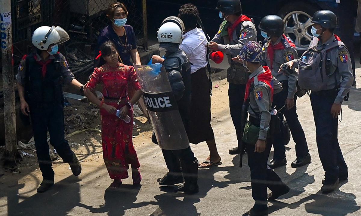Cảnh sát Myanmar bắt người tham gia biểu tình tại thành phố Yangon, ngày 27/2. Ảnh: AFP.