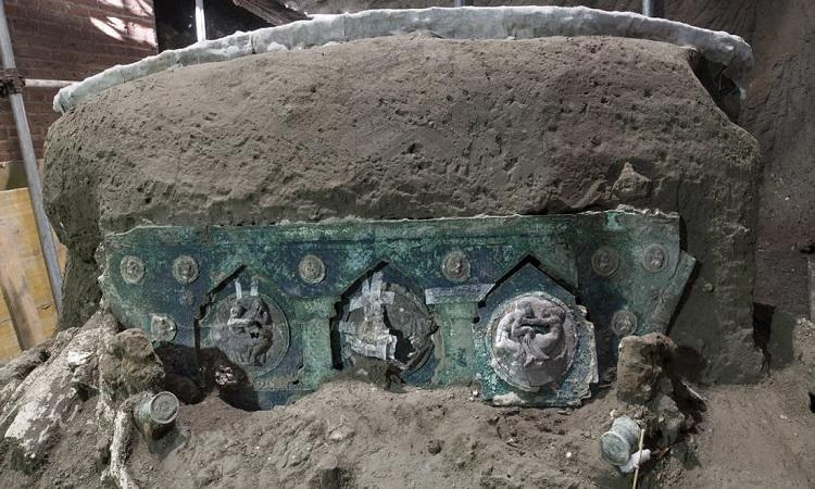 Cỗ xe ngựa còn nguyên hình dạng dù bị cả căn phòng đổ sụp lên trong thảm họa núi lửa. Ảnh: Công viên Khảo cổ Pompeii.