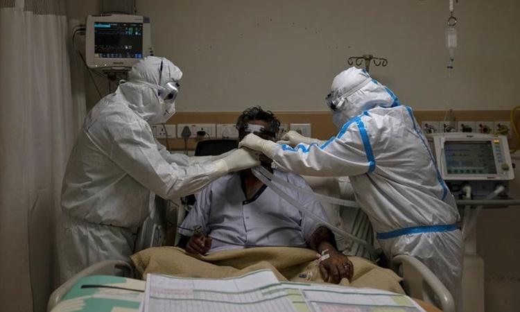 Nhân viên y tế chăm sóc cho một bệnh nhân nhiễm Covid-19 tại bệnh viện ở New Delhi, Ấn Độ, hồi tháng 5 năm ngoái. Ảnh: Reuters.