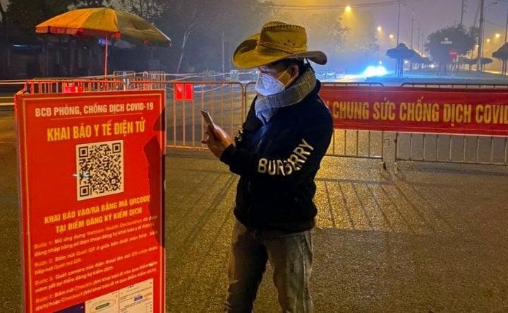 Người dân khai báo y tế điện tử tại chốt cách ly. Ảnh: CTV