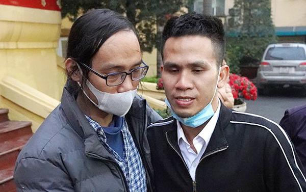 Từ trái qua: Anh Nguyễn Văn Hiệp (bố của bé gái) và anh Nguyễn Ngọc Mạnh. Ảnh: Gia Chính