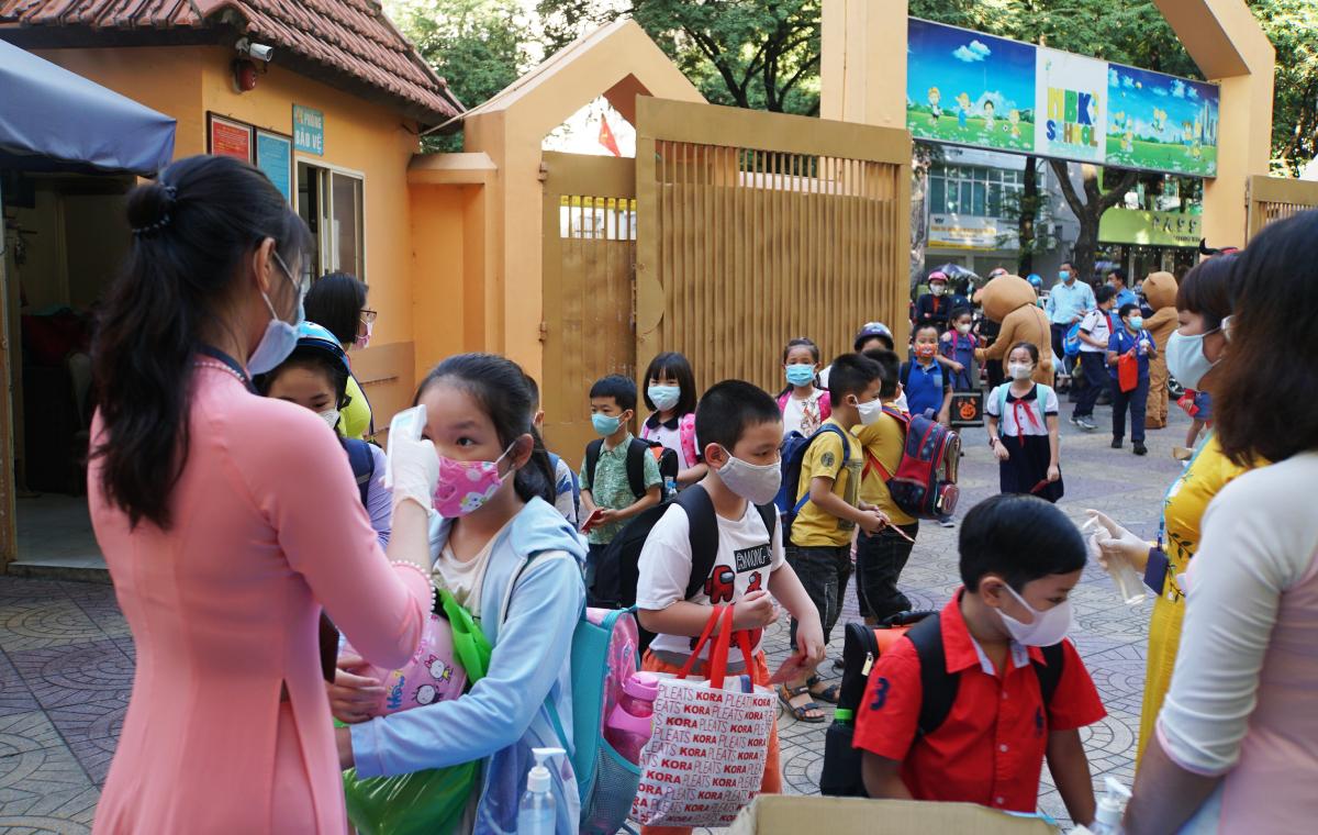Học sinh trường Tiểu học Nguyễn Bỉnh Khiêm, quận 1 đến trường sáng 1/3. Ảnh: Mạnh Tùng.
