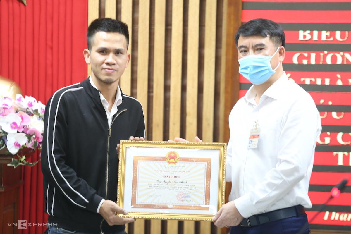 Quận Thanh Xuân tặng bằng khen cho anh Mạnh. Ảnh: Gia Chính