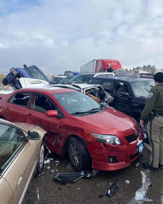 Khoảng 30-40 xe đâm dồn trên đoạn đường cao tốc vượt sông. Ảnh: Montana Highway Patrol