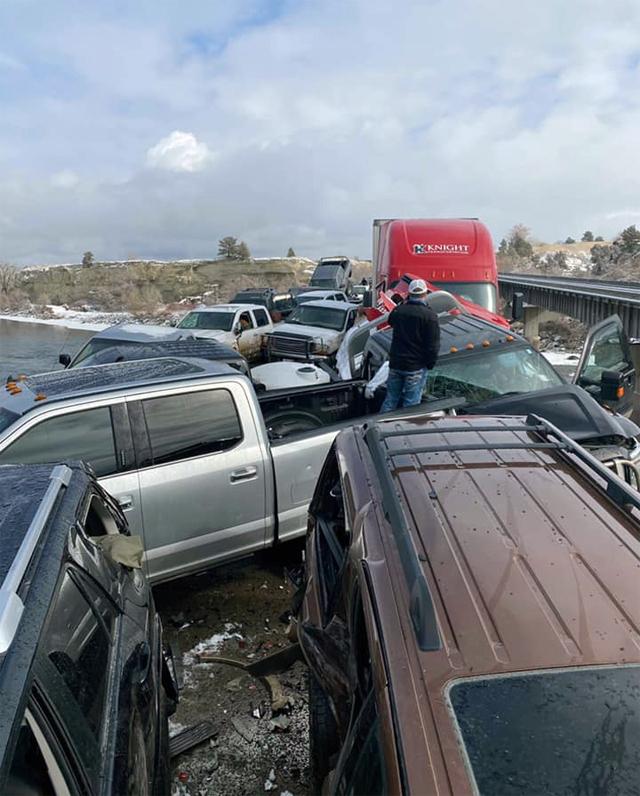 Hai người đã nhảy từ đường trên cao xuống phía dưới để tránh bị xe đâm. Ảnh: Montana Highway Patrol