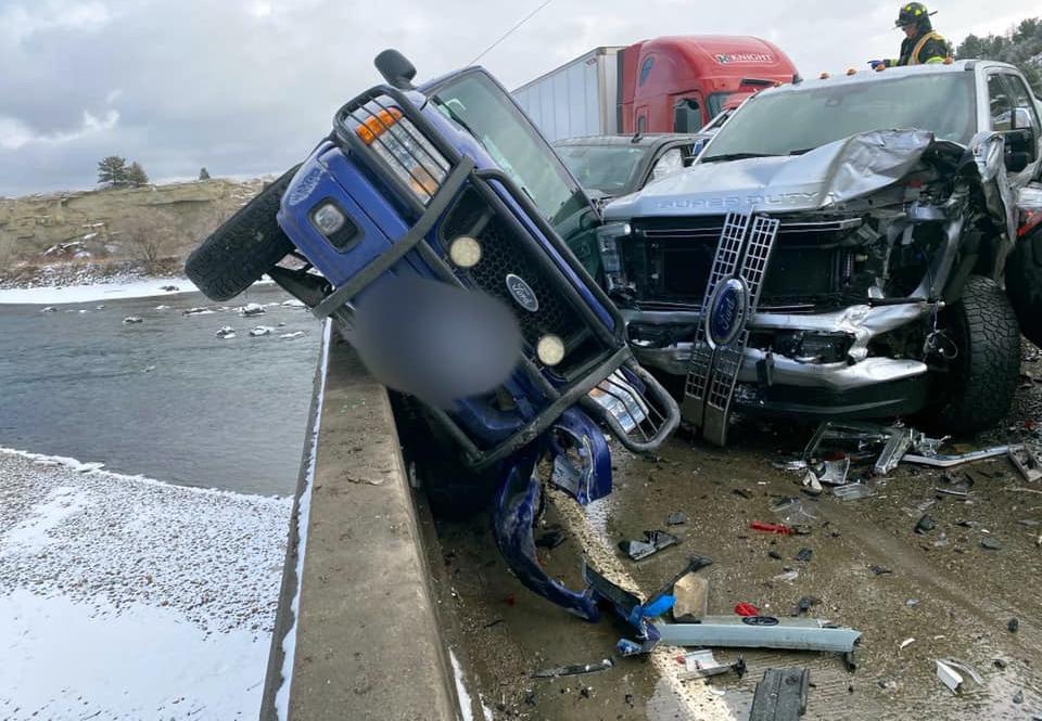 Có xe suýt bị đâm bay xuống dưới. Ảnh: Montana Highway Patrol