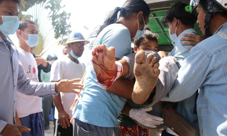 Một người biểu tình bị thương đang được di chuyển trong cuộc biểu tình phản đối đảo chính ở thành phố Dawei, Myanmar hôm 28/2. Ảnh: Reuters.