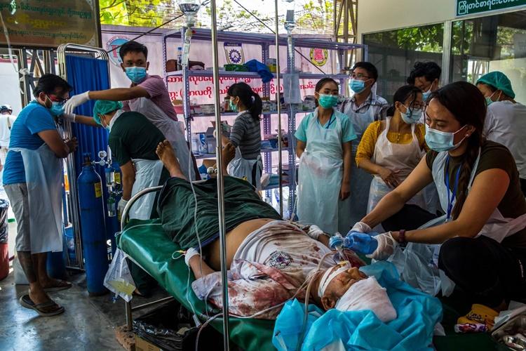 Nạn nhân U Maung Maung Oo được điều trị tại một bệnh viện dã chiến ở Mandalay sau khi bị cảnh sát bắn vào đầu. Ảnh: NYTimes.