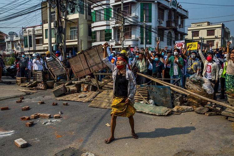 Người biểu tình dựng rào ngăn lực lượng an ninh tiến vào khu phố của họ ở Mandalay ngày 28/2. Ảnh: NYTimes.