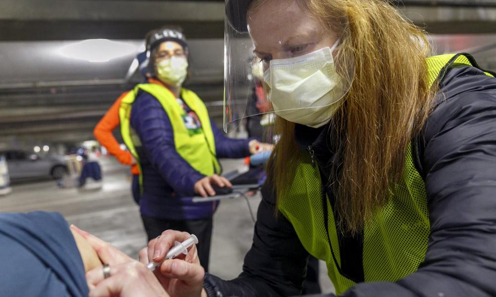 Nhân viên y tế tại một điểm tiêm chủng Covid-19 ở thành phố Portland, bang Oregon, Mỹ, hôm 10/1. Ảnh: AP.