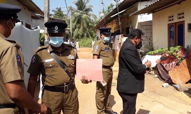 Cảnh sát tới hiện trường nơi bé gái 9 tuổi bị đánh tới chết để trừ tà ở Delgoda, Sri Lanka, hôm 28/2. Ảnh: AP.