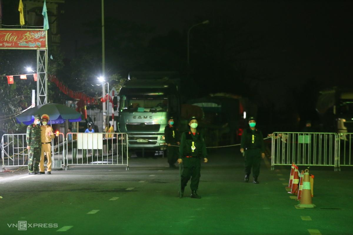 Chốt tại chân cầu Phải Lại, TP Chí Linh. Ảnh: Gia Chính