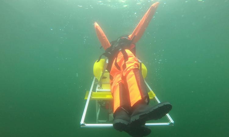 Robot đỡ hình nộm nổi lên mặt nước. Ảnh: Wasserrettungsdienst Halle e.V.