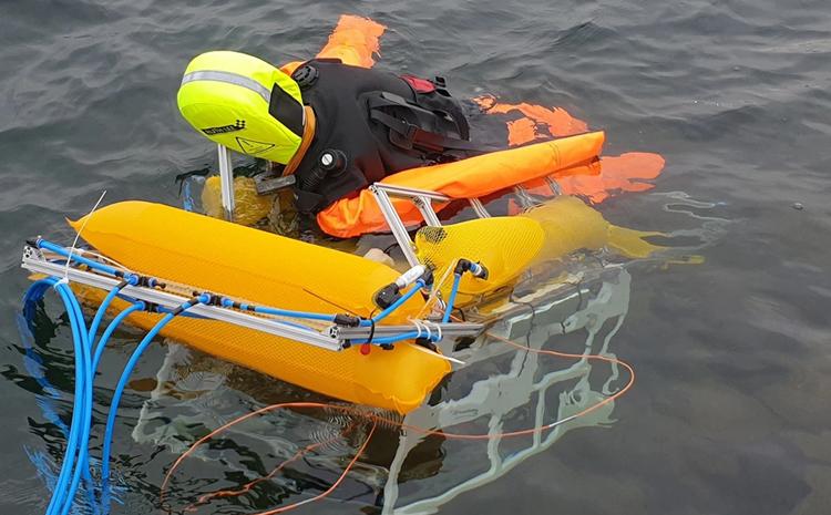 Robot đưa hình nộm vào bờ hồ Hufeisensee. Ảnh: Wasserrettungsdienst Halle e.V.