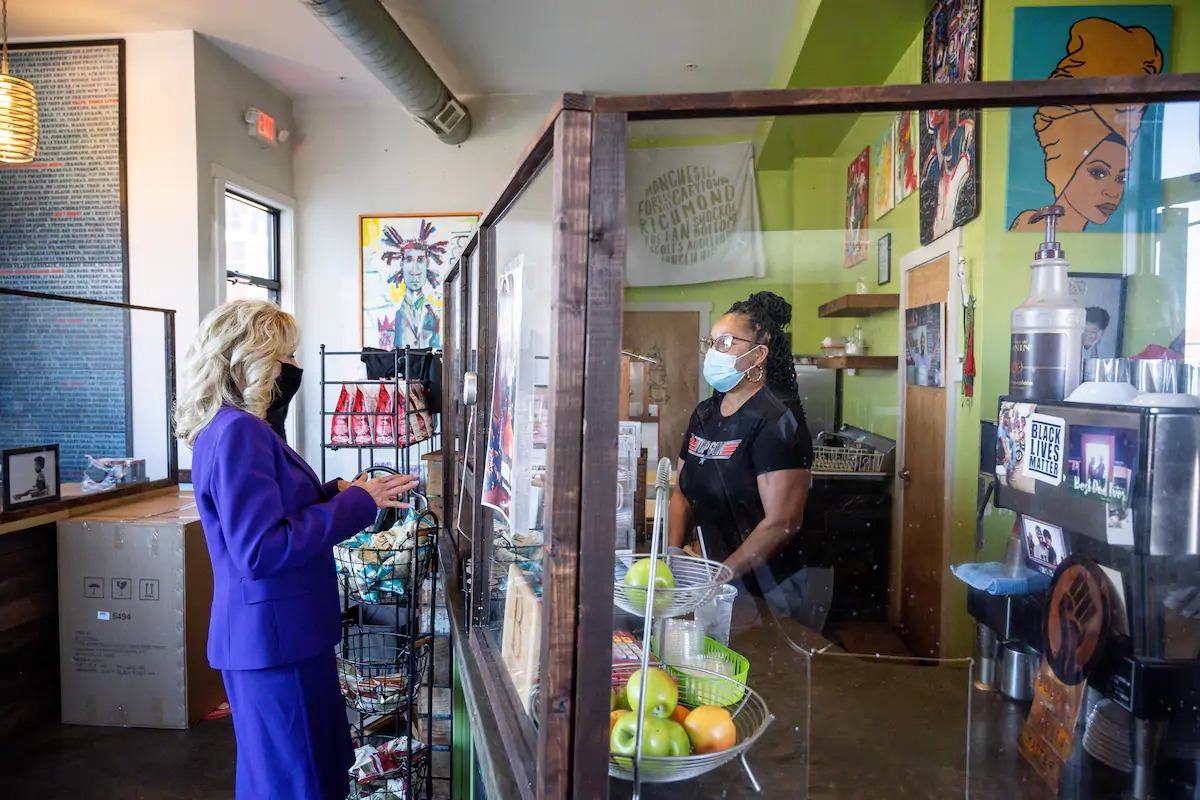 Jill Biden mua cà phê tại quán Brewers Cafe ở Richmond hôm 24/2. Ảnh: Nhà Trắng.