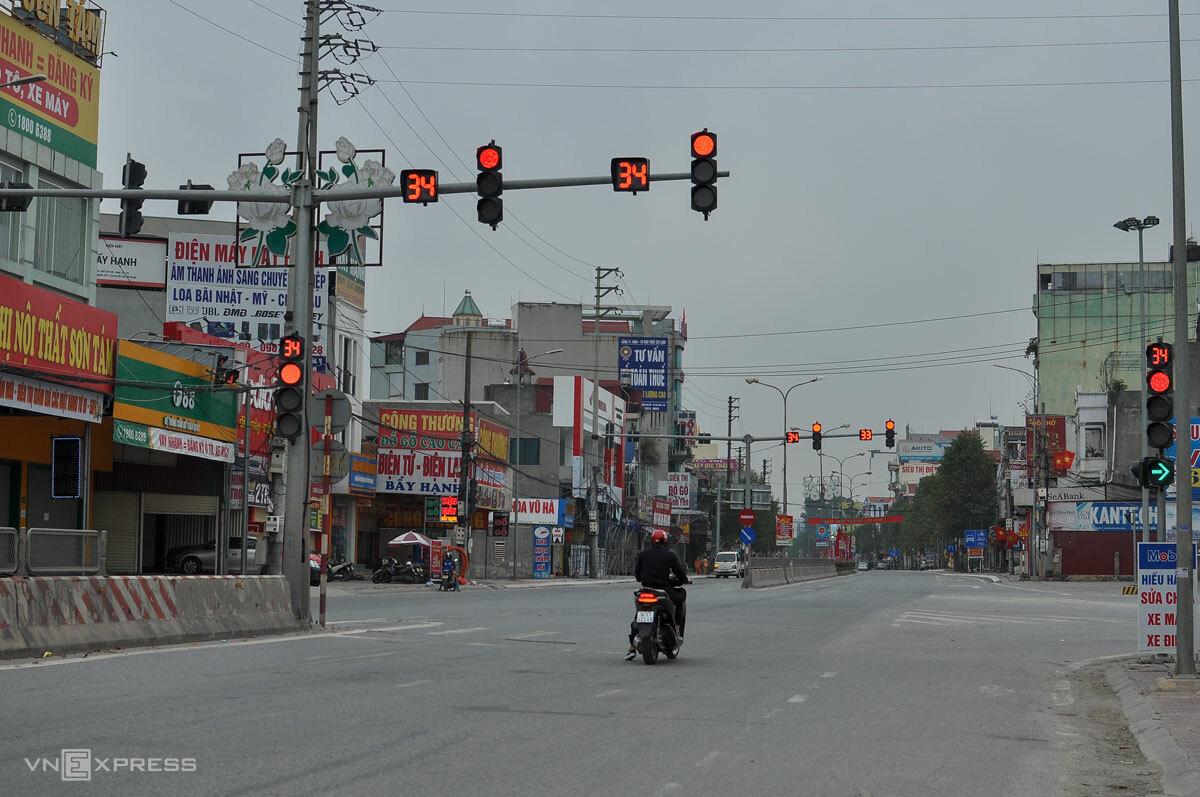 Ngã tư quốc lộ 18 chạy qua TP Chí Linh vắng bóng xe cộ trong thời gian cách ly, từ ngày mai các phương tiện vận tải sẽ được phép lưu thông. Ảnh: Hà Bi