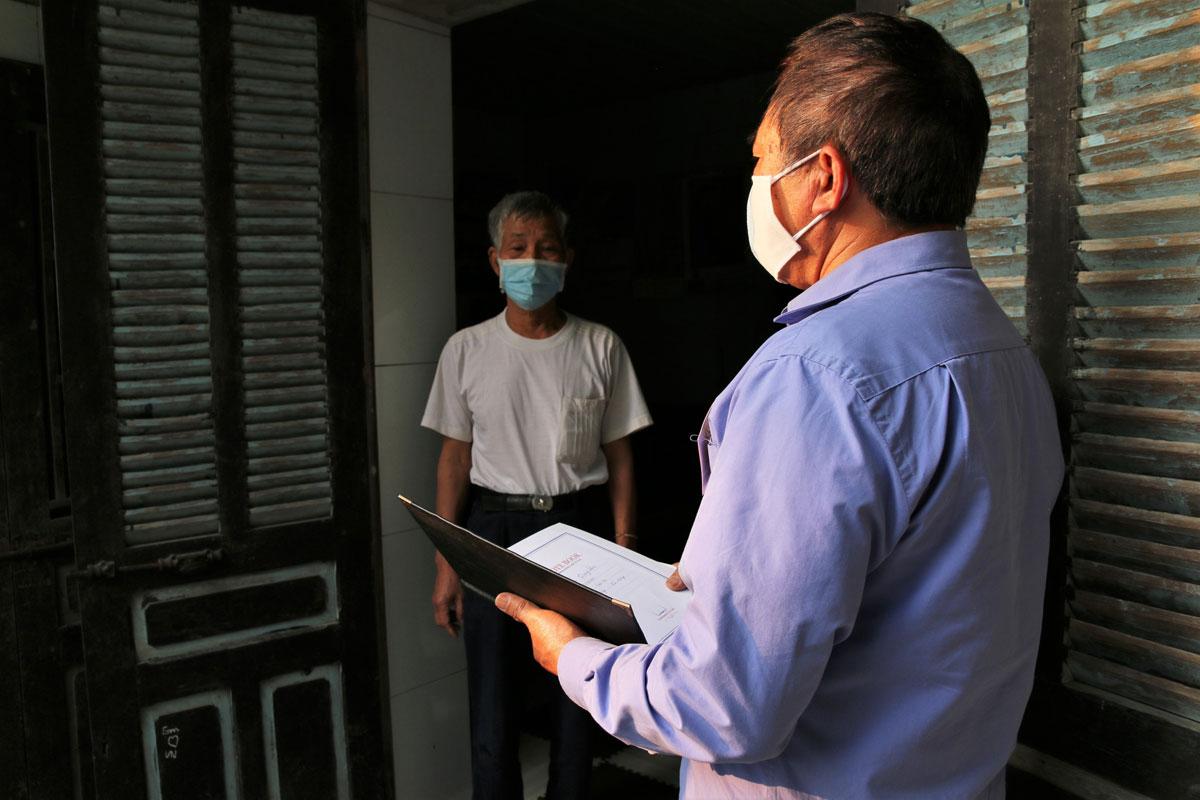 Thành viên tổ Covid cộng đồng ở Hải Dương đi từng ngõ, gõ từng nhà trong những ngày toàn tỉnh cách ly xã hội. Ảnh: Trung Sơn