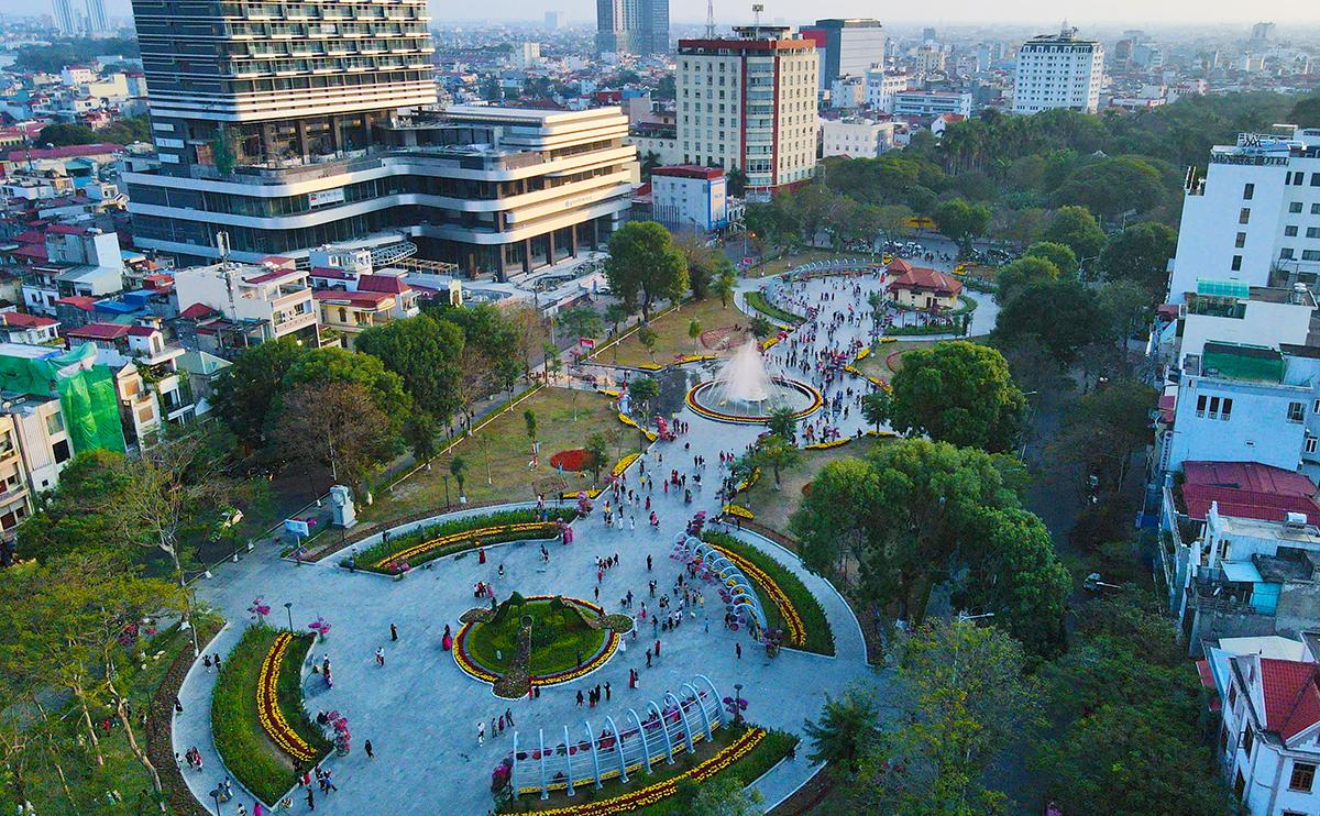 Dải vườn hoa trung tâm thành phố Hải Phòng. Ảnh: Giang Chinh