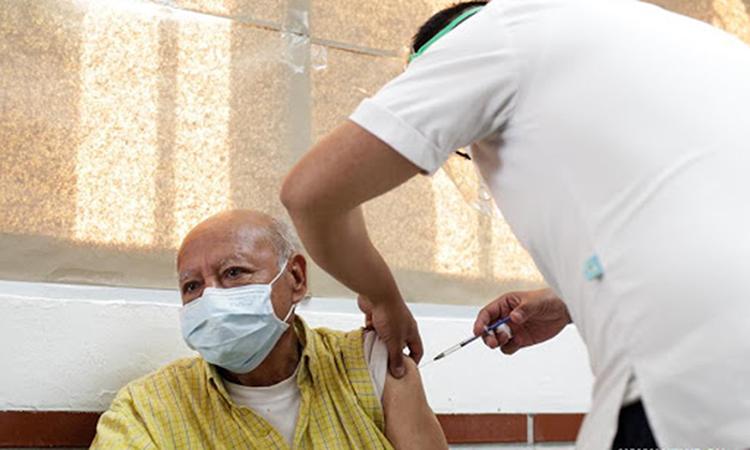 Nhân viên y tế tiêm vaccine Covid-19 cho người cao tuổi ở thành phố Mexico hôm 15/2. Ảnh: Xinhua.