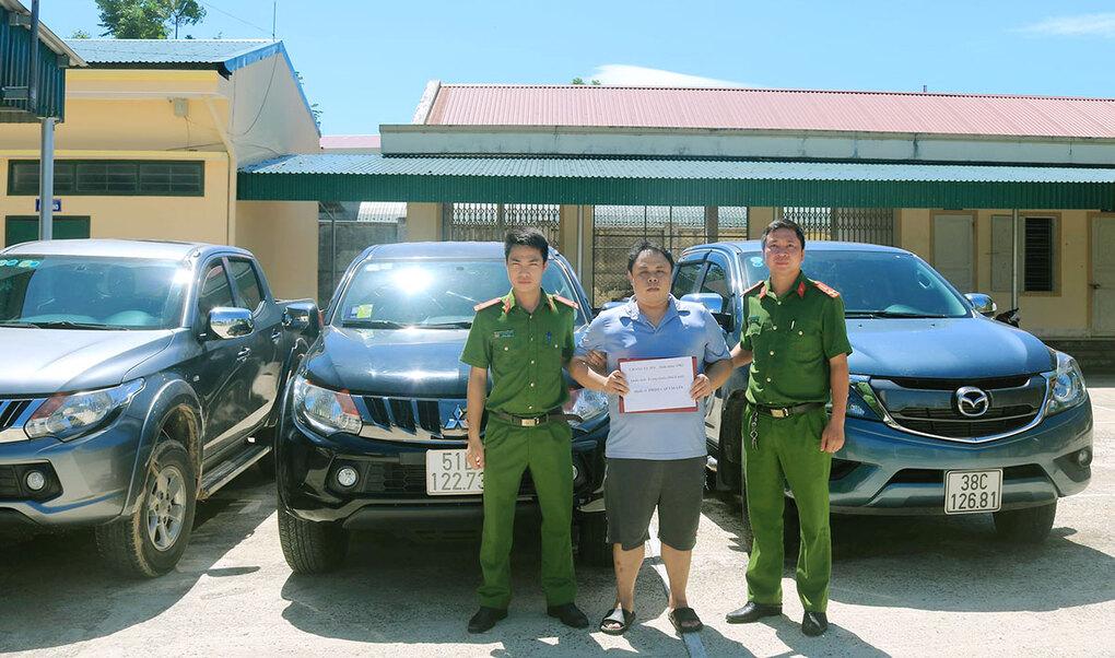 Bị cáo Jui (đứng giữa) thời điểm bị bắt. Ảnh: Hùng Lê