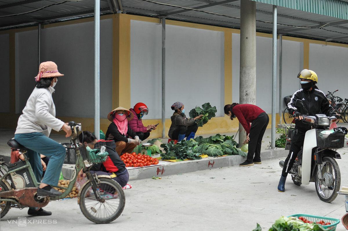 Người dân TP Chí Linh đi chợ trong những ngày phong tỏa, tháng 2/2021. Ảnh: Hà Bi