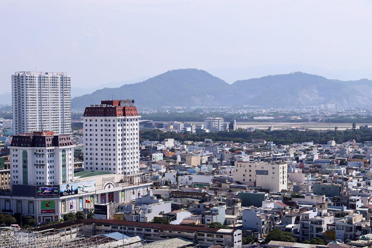Một góc đô thị Đà Nẵng nhìn về hướng sân bay quốc tế dự kiến làm đường hầm. Ảnh: Nguyễn Đông.