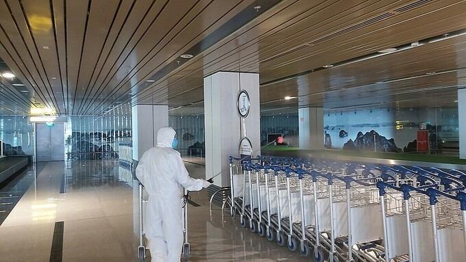 Sân bay Vân Đồn được phun khử trùng. Ảnh:Thế Sơn
