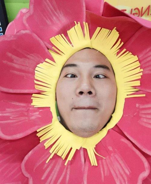 Tùy từng nội dung, thầy Nhất sẽ hóa thân thành bông hoa, cái cây hay con vật để gây bất ngờ cho học sinh, giúp các em tiếp cận bài giảng một cách sinh động. Ảnh: NVCC.