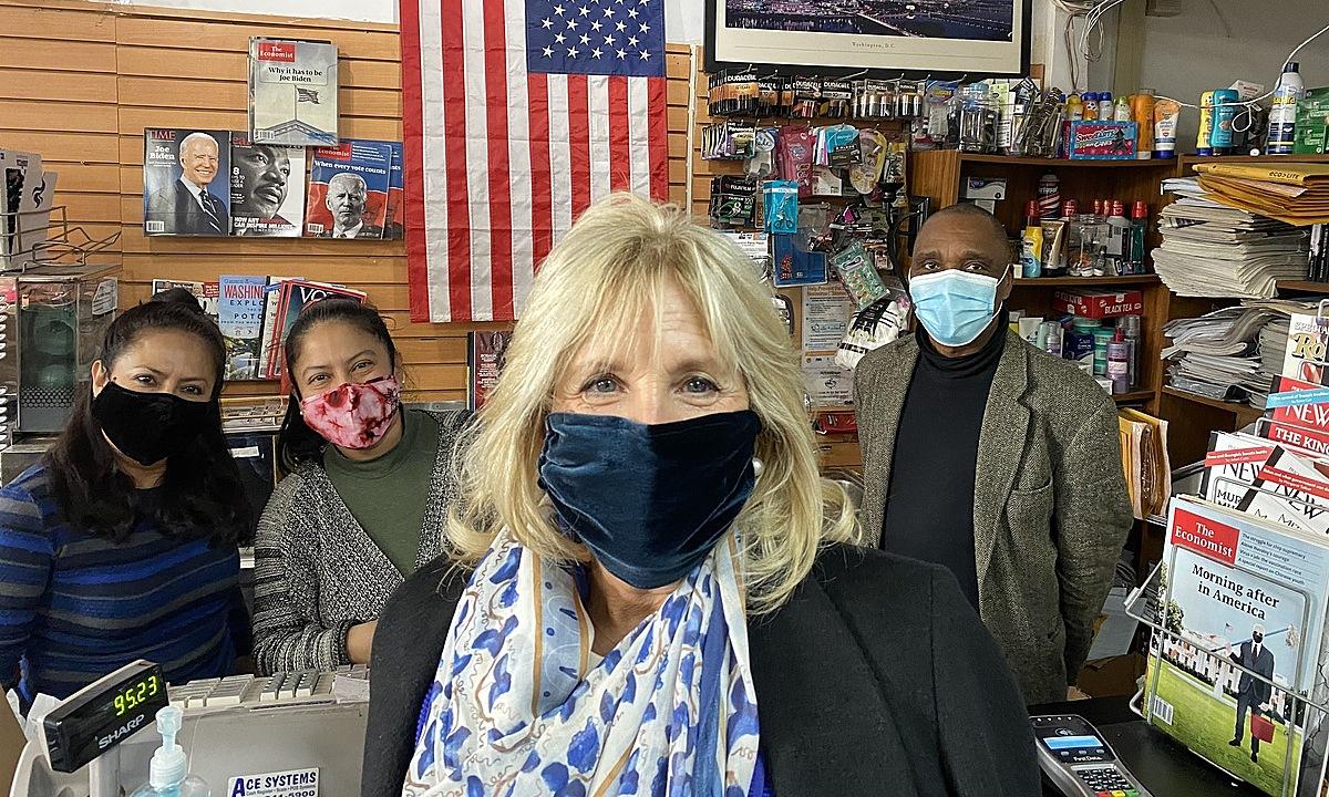 Jill Biden (đằng trước) tại sạp báo Newsroom ở Washington ngày 29/1. Ảnh: Washington Post.