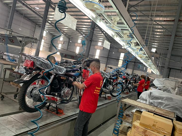 Kỹ thuật viên tại nhà máy Lifan đang lắp ráp CG 125.