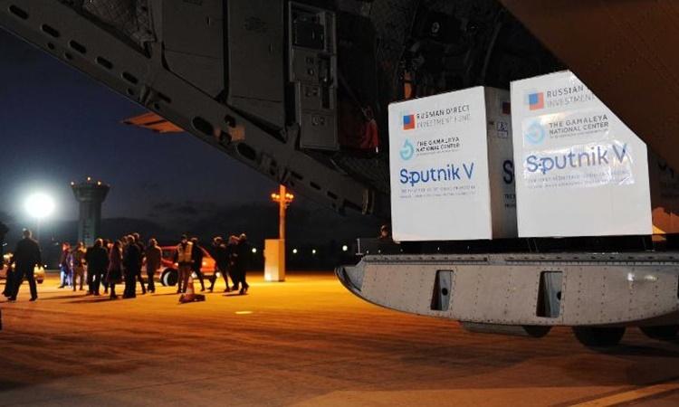 Một lô vaccine Sputnik V của Nga được chuyển đến sân bay Slovakia hôm 1/3. Ảnh: AFP.