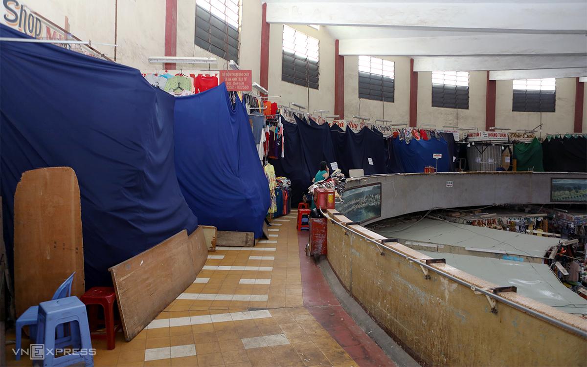 Nhiều sạp hàng tại tầng hai chợ Đầm Nha Trang đóng cửa, vắng khách, ngày 3/3. Ảnh: Xuân Ngọc.