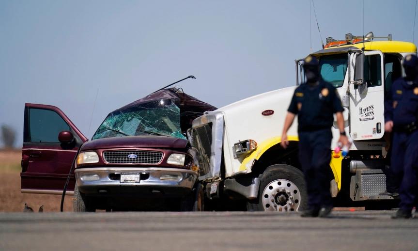 Xe đầu kéo đâm ngang sườn xe SUV chở 25 người. Ảnh: AP