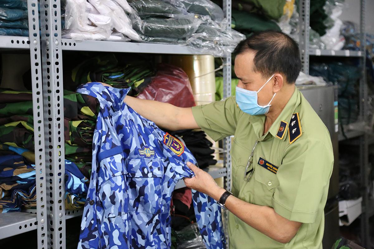 Lực lượng chức năng kiểm tra một trang phục cảnh sát biển. Ảnh: Đình Văn.