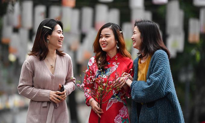Người dân du xuân tại Hà Nội hôm 12/2. Ảnh: Giang Huy.