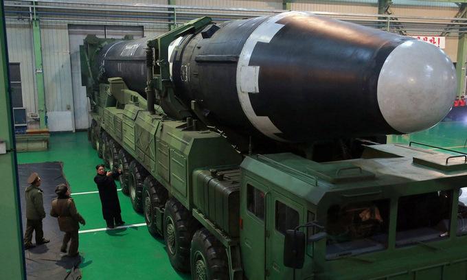 Lãnh đạo Triều Tiên Kim Jong-un thị sát tên lửa đạn đạo Hwasong-15 hồi năm 2017. Ảnh: KCNA.