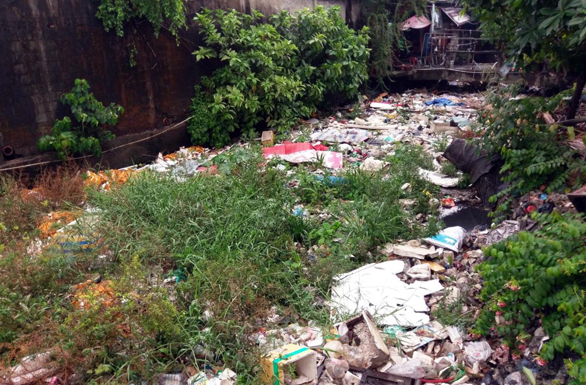 Một đoạn kênh Hy Vọng bị ngập rác, năm 2020. Ảnh: Gia Minh.