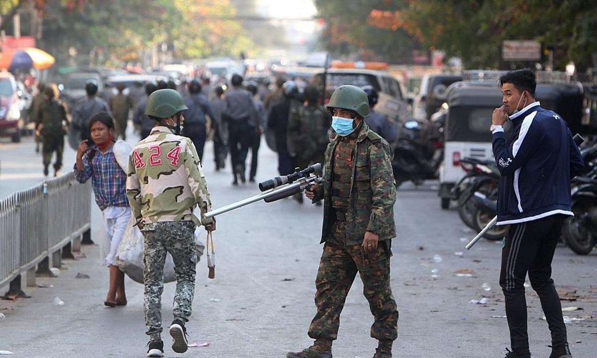 Một lính Myanmar cầm súng để trấn áp người biểu tình ở thành phố Mandalay hôm 15/2. Ảnh: AP.