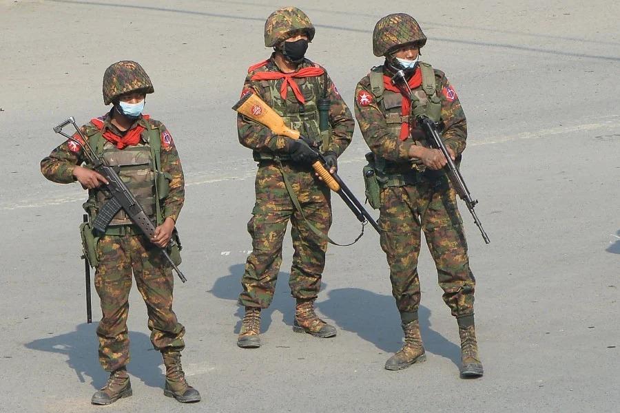 Binh sĩ quan sát người biểu tình tại Kale, Myanmar ngày 2/3. Ảnh: AFP.