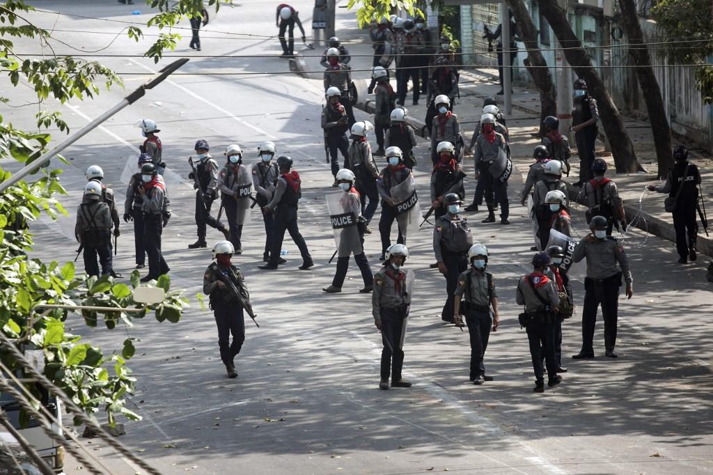 Cảnh sát quan sát người biểu tình tại Yangon ngày 3/3. Ảnh: AFP.