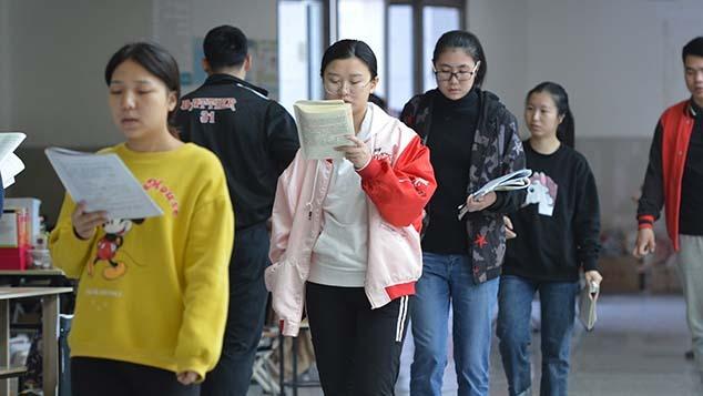 Nữ sinh Trung Quốc ít cơ hội ứng tuyển vào ngành thuộc quân đội, công an. Ảnh: Sixth Tone.