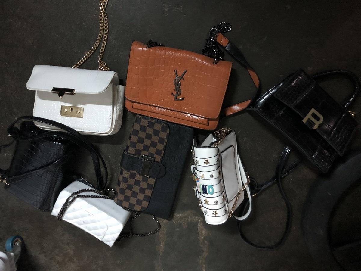 Các túi xách chứa giấy tờ, tiền mặt và thẻ ATM do Tấn trộm được trong ôtô. Ảnh: Danh Toại.