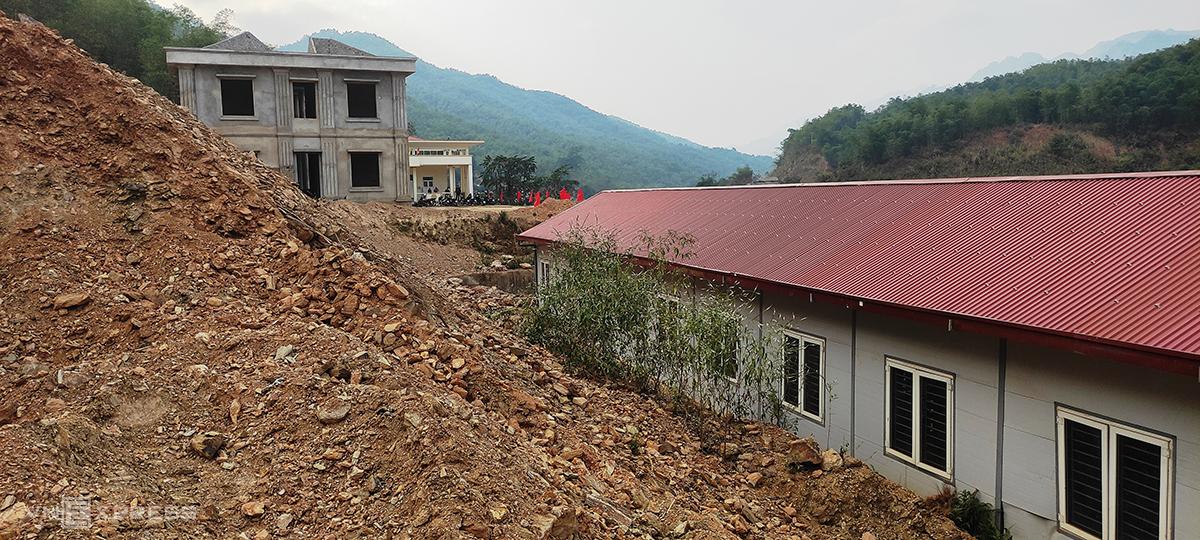 Hàng nghìn khối đất đá đã mất kết dính, tràn xuống sát các phòng ở bán trú của học sinh. Ảnh: Lam Sơn.